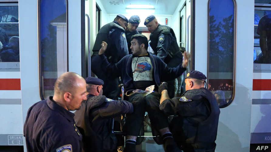 الشرطة اليونانية تغيث المهاجرين - أرشيف