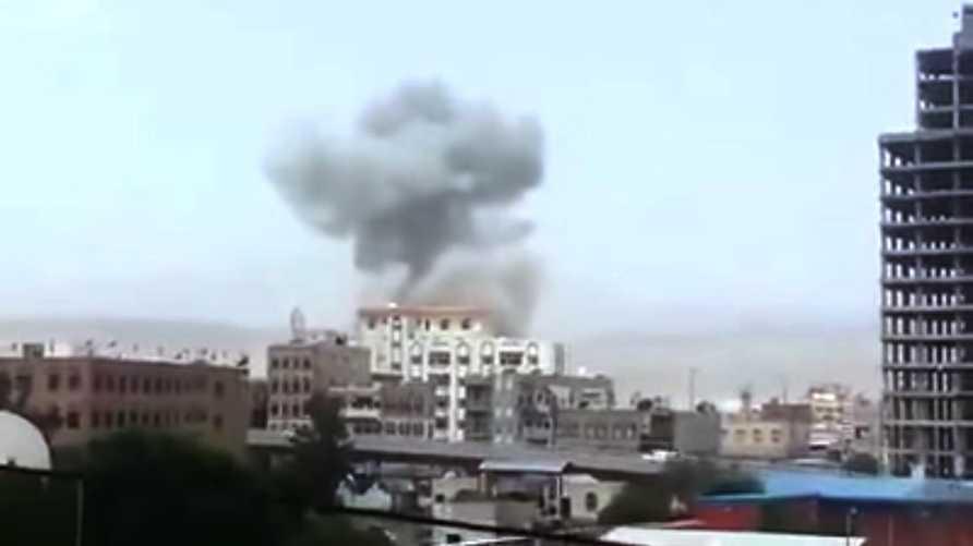 سحب دخان متصاعدة من مقر معسكر أمني بالعاصمة اليمنية صنعاء