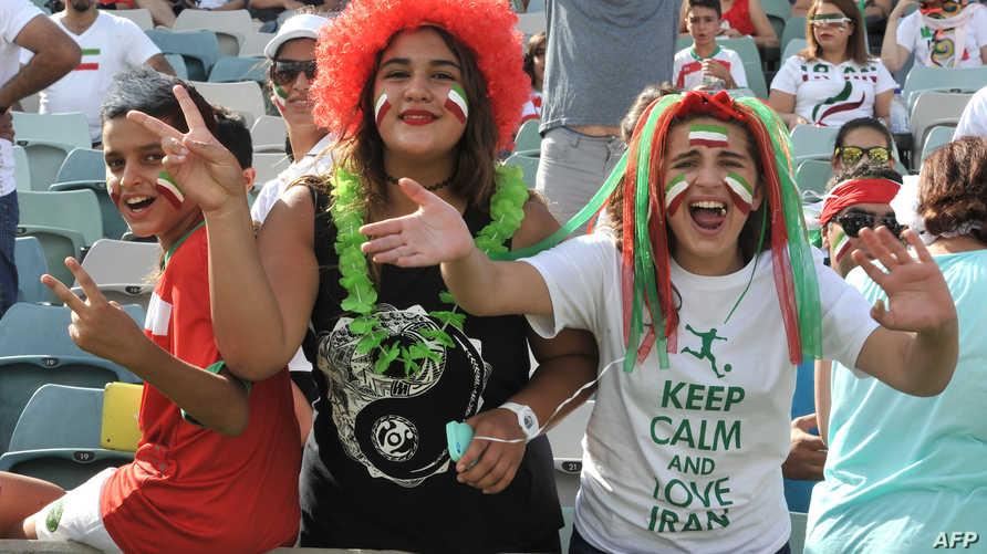 مشجعات إيرانيات يشجعن فريقهن الوطني في كأس آسيا