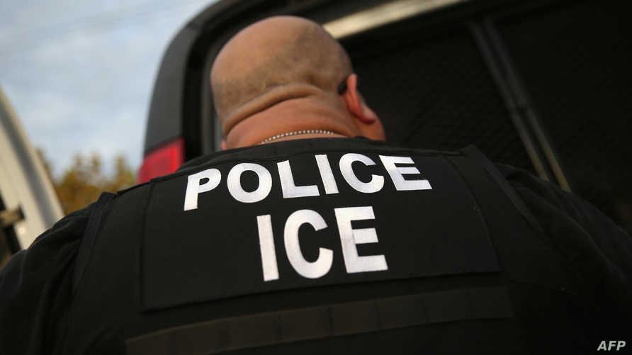 أحد عناصر شرطةالهجرة والجمارك المعروفة اختصارا بـICE