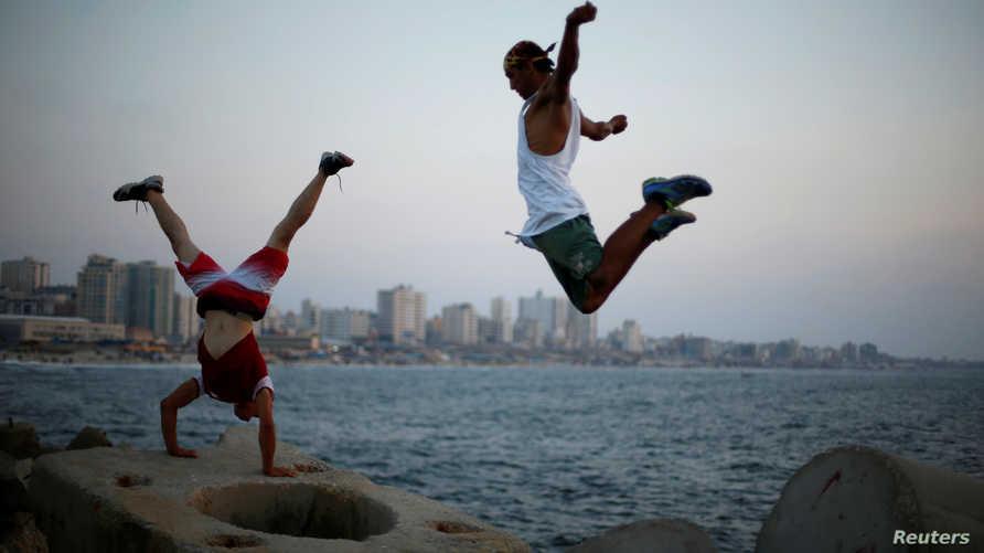 شابان فليسطينان يلهوان على شاطئ غزة
