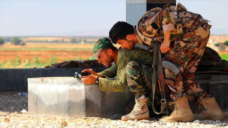 مقاتلان من المعارضة السورية -أرشيف