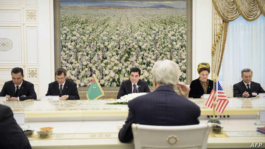 كيري خلال أحد اللقاءات في آسيا الوسطى