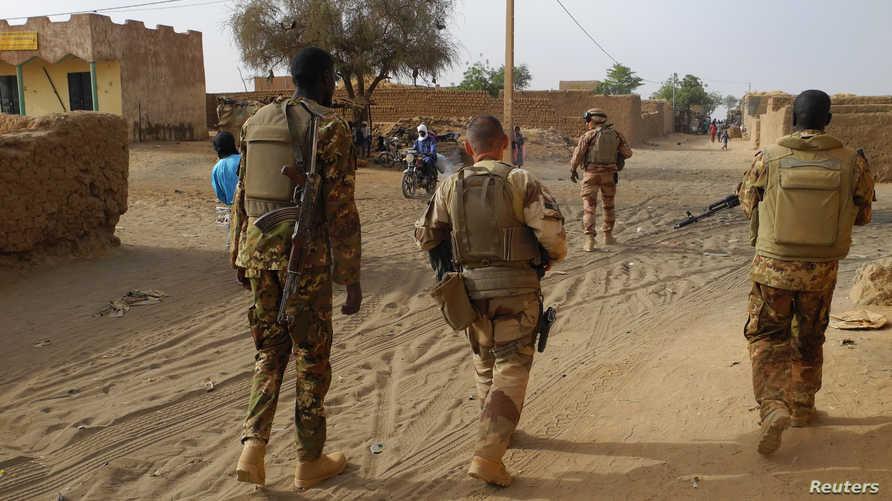 جنود فرنسيون وماليون في أحد شوارع مناكا في مالي