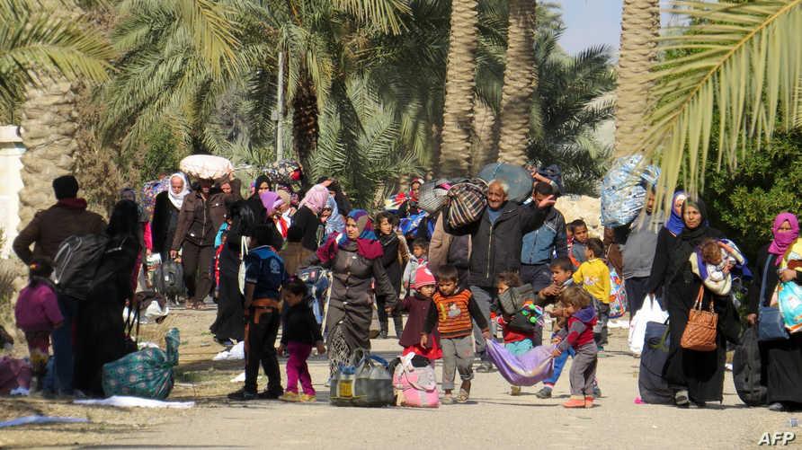 نازحون عراقيون فروا من منطقة خاضعة لداعش قرب الفلوجة يصلون إلى جويبة لثامن من فبراير 2016، أرشيف