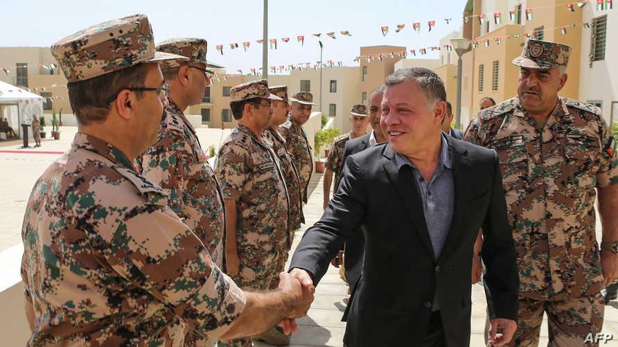 الملك عبد الله برفقة ضباط بالجيش الأردني