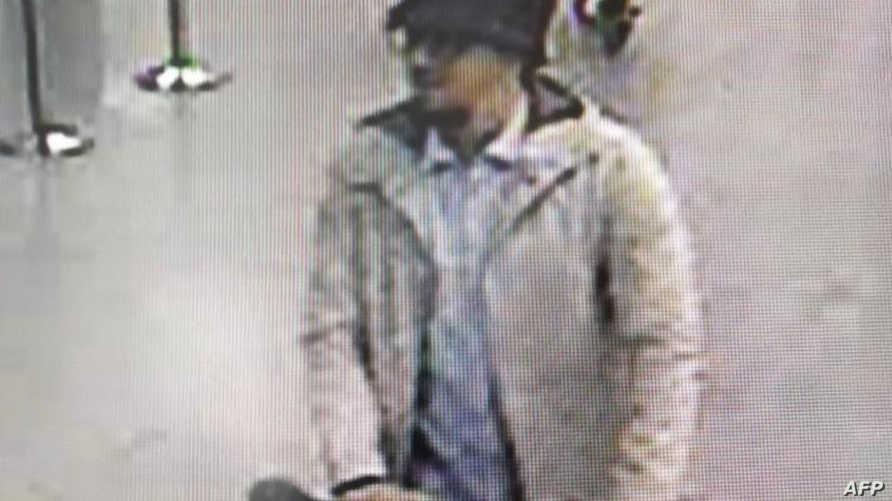 الصورة التي نشرتها الشرطة الفدرالية البلجيكية لرجل تلاحقه، يشتبه بضلوعه في هجمات مطار بروكسل.