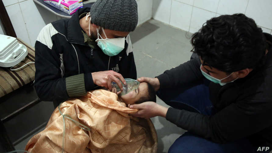 طفل يعاني من صعوبة في التنفس بعد غارات للنظام السوري (أ ف ب)