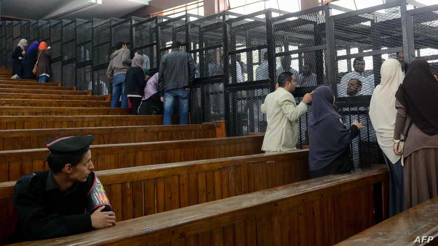 متهمون من جماعة الاخوان المسلمين مع أقربائهم داخل محكمة مصرية- أرشيف