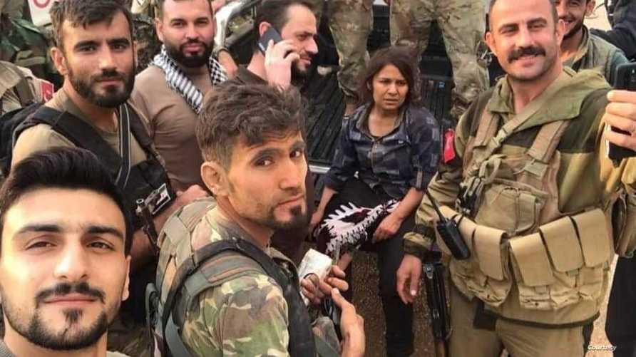 قائد فصيل سوري في سيلفي مع أسيرة كردية
