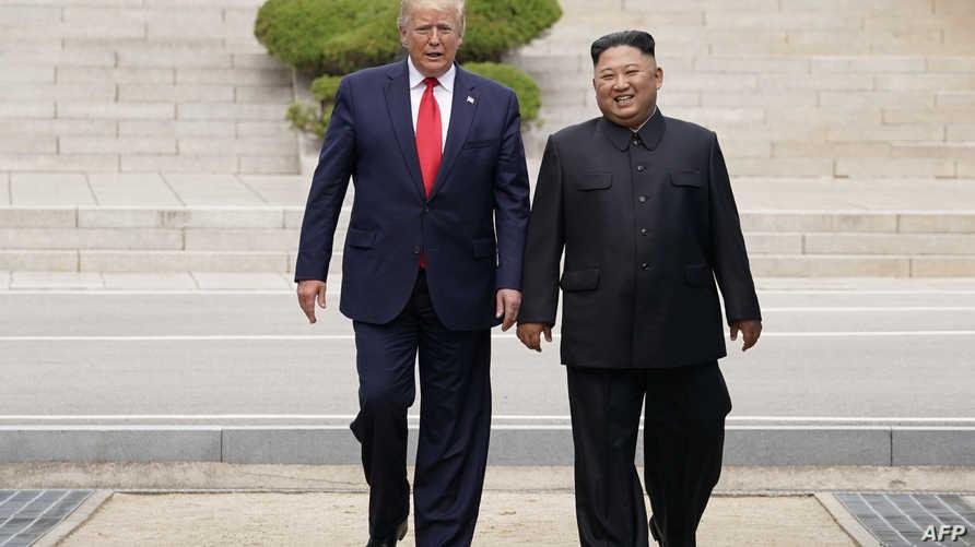 الرئيس الأميركي دونالد ترامب والزعيم الكوري الشمالي كيم جونغ أونغ يسيران في المنطقة المنزوعة السلاح