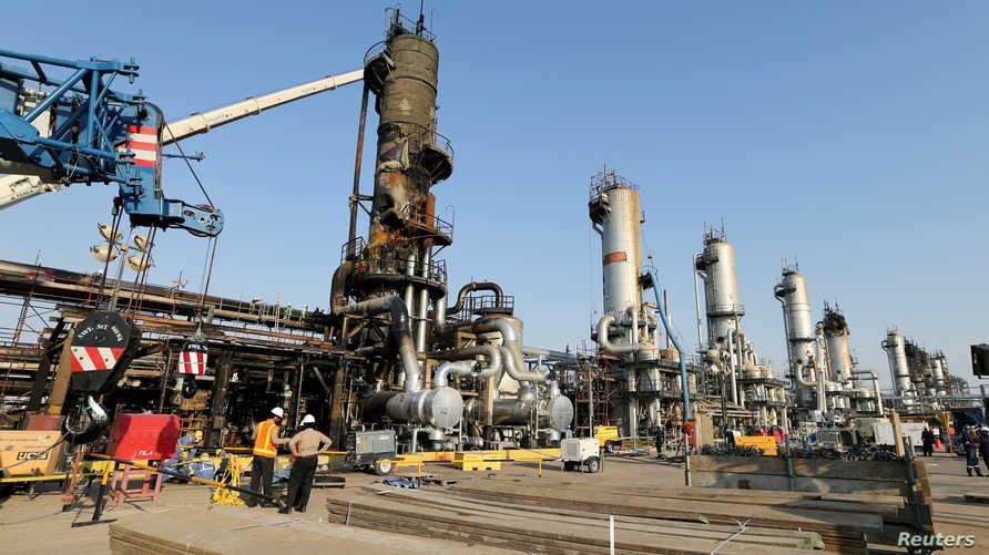 جانب من أعمال الإصلاح في منشأة أرامكو في بقيق بالسعودية