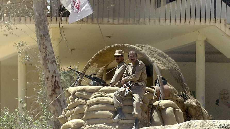 عنصران من مجاهدي خلق على حاجز قرب الحدود الإيرانية شرقي العراق.