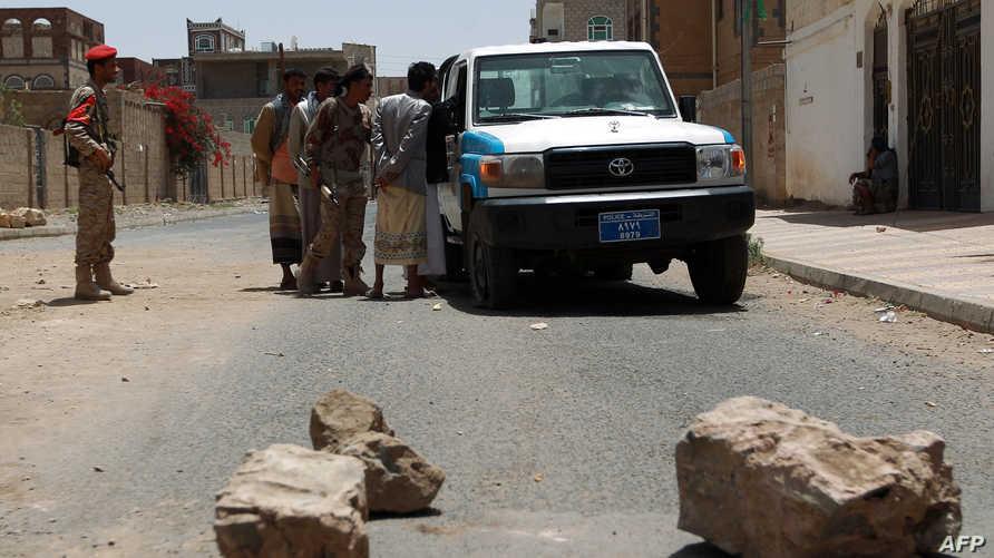 حوثيون يفتشون سيارة في صنعاء- أرشيف