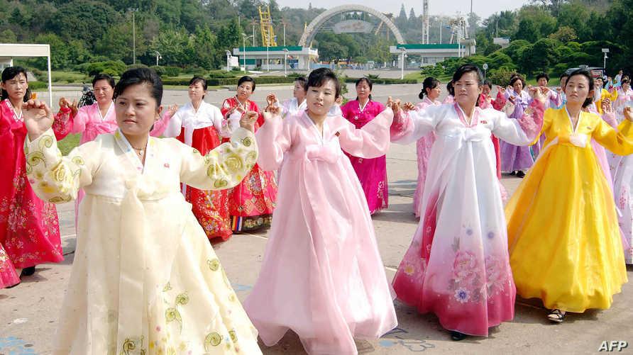 فتيات في أحد الاحتفالات الشعبية بكوريا الشمالية