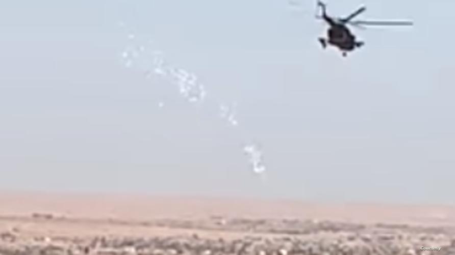 الجيش العراقي يلقي منشورات على قوات الحشد الشعبي في مناطق أعلي الفرات في قاطع عمليات الانبار