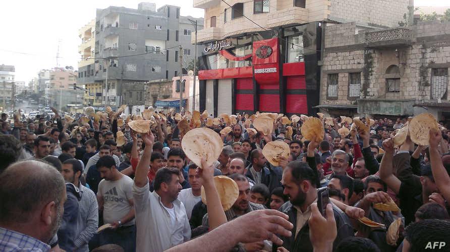 سوريون يتظاهرون ضد النظام في بانياس في العام 2011