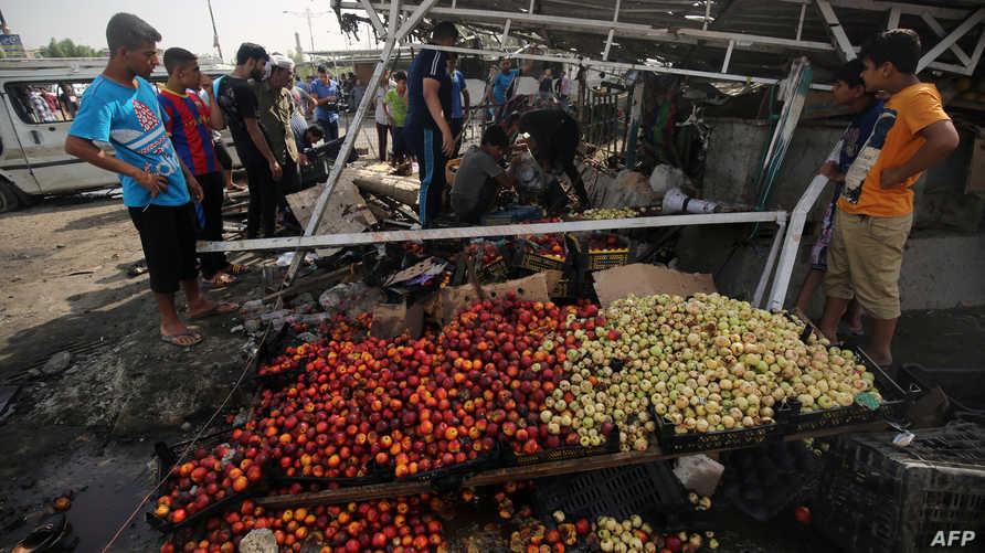 آثار الدمار في السوق الذي استهدفته الهجمات الثلاثاء.