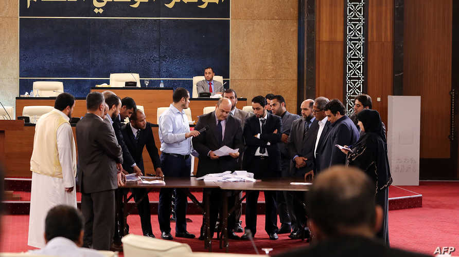 أعضاء من المؤتمر الوطني العام الليبي خلال جلسة تصويت على الرئيس الجديد للمجلس - أرشيف