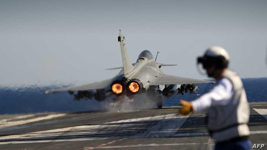 مقاتلة فرنسية مشاركة في عمليات التحالف ضد داعش لحظة انطلاقها في إحدى المهمات