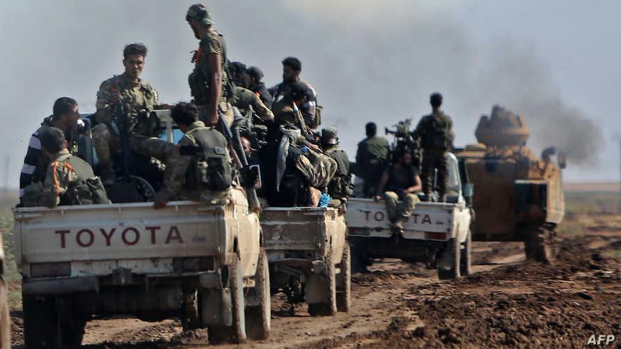 مقاتلون سوريون تدعمهم تركيا قرب مدينة رأس العين شمالي سوريا