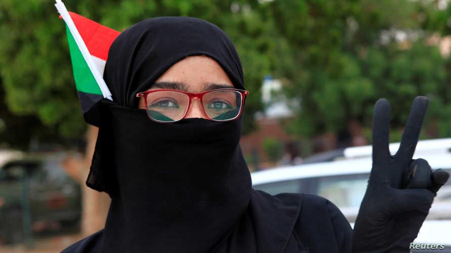 سودانية تلوح بعلامة النصر خلال مشاركتها في احتفال بالتوصل لاتفاق حول الحكومة الانتقالية - 17 أغسطس 2019