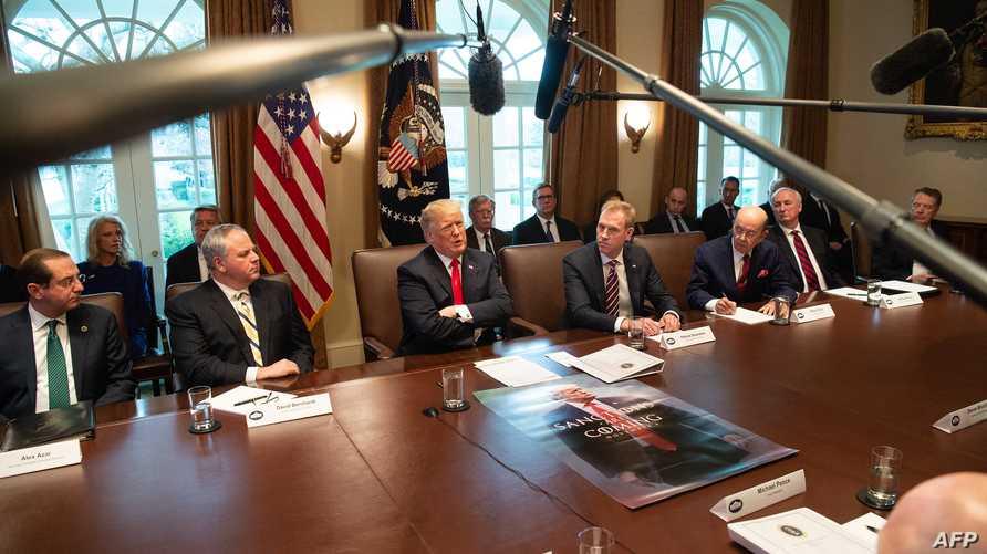 الرئيس دونالد ترامب خلال اجتماع بفريقه الحكومي في البيت الأبيض