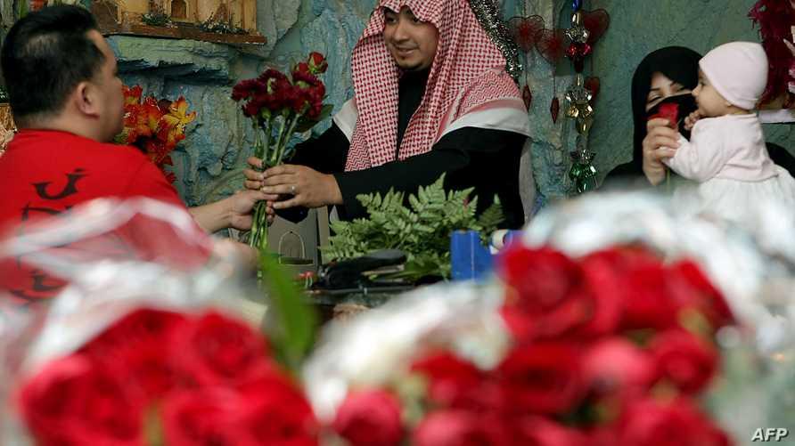 سعودي يشتري لزوجته ورودا حمراء بمناسبة عيد الحب