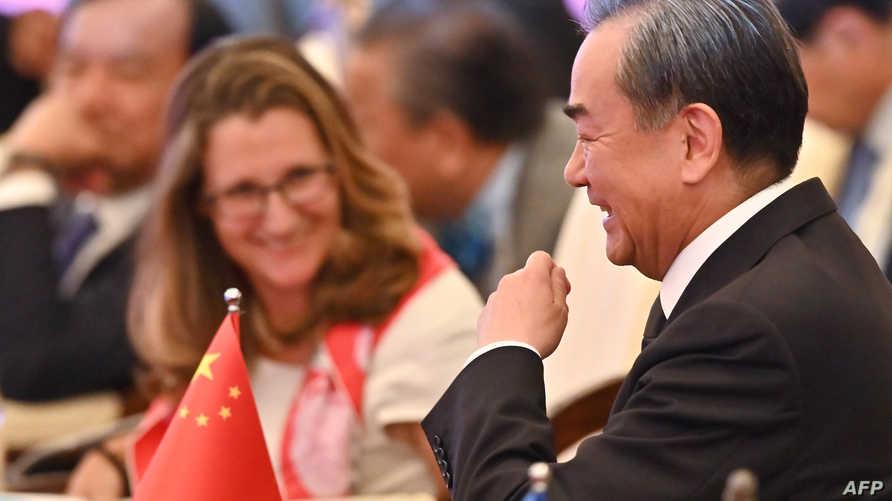 وزيرة خارجية كندا ونظيرها الصيني خلال قمة آسيان