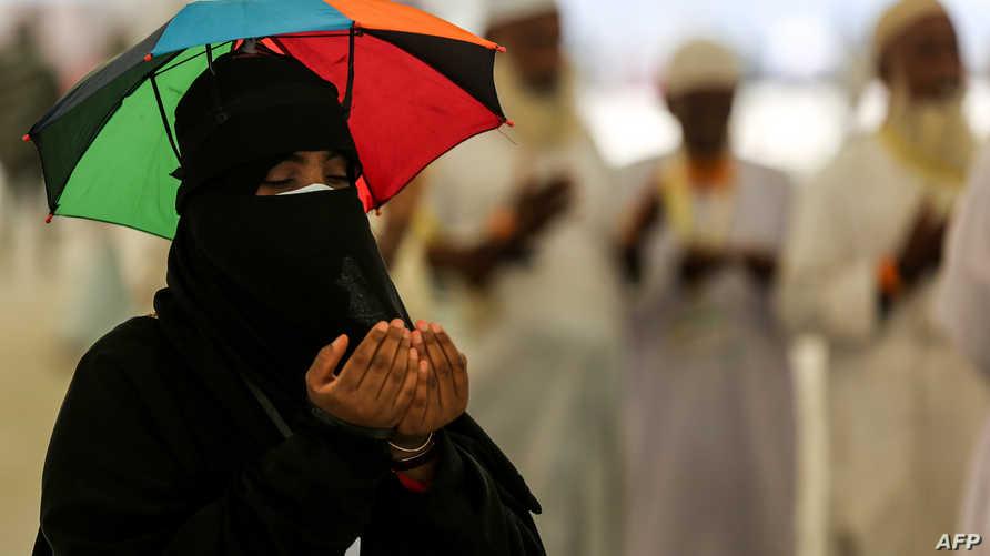 حاجة مسلمة في الحرم المكي