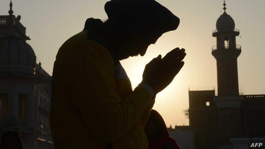 هندي سيخي، يصلي في مناسبة الذكرى 549 لميلاد غورو ناناك، أو غورو الأول مؤسس السيخية