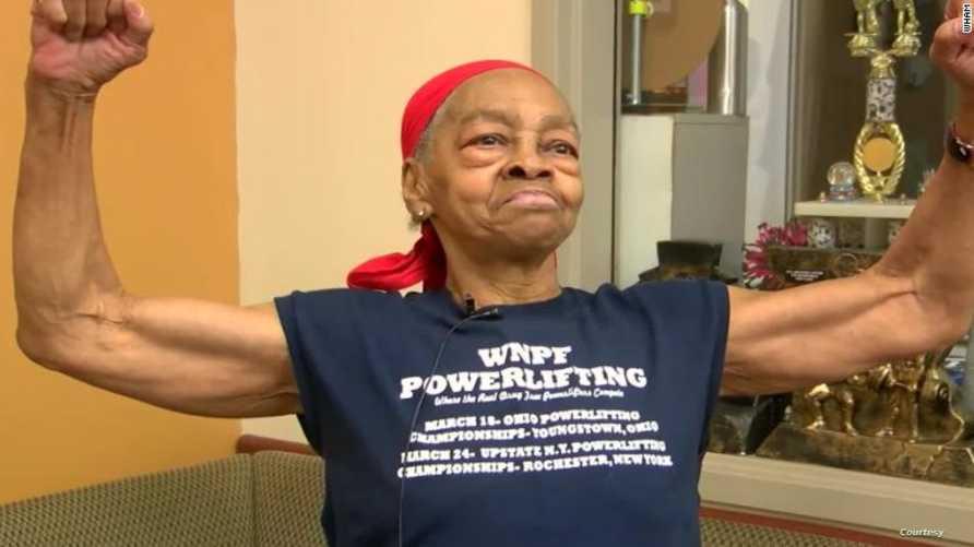 لاعبة أثقال أميركية، 82 عاما، تضرب متطفلا اقتحم منزلها