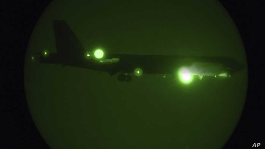 طائرة من طراز  B-52H Stratofortress لحظة نزولها في قاعدة العديد الجوية