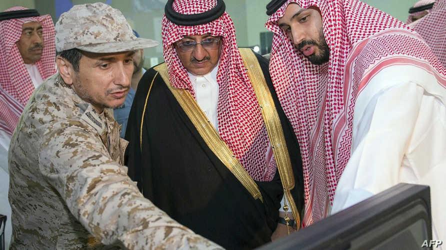 """محمد بن نايف ومحمد بن سلمان خلال شرح للعمليات العسكرية في """"عاصفة الحزم""""، أرشيف"""