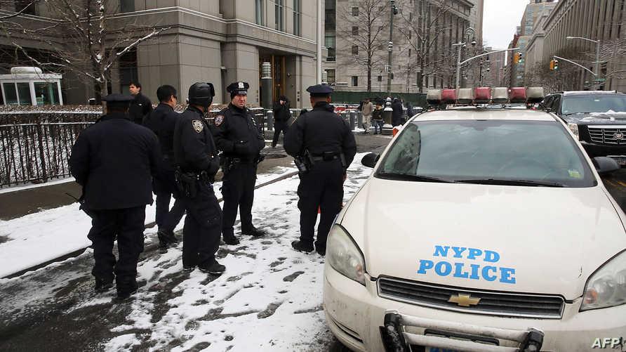 عناصر في الشرطة الأميركية خلال محاكمة أبو حمزة المصري أمام محكمة فيدرالية في نيويورك