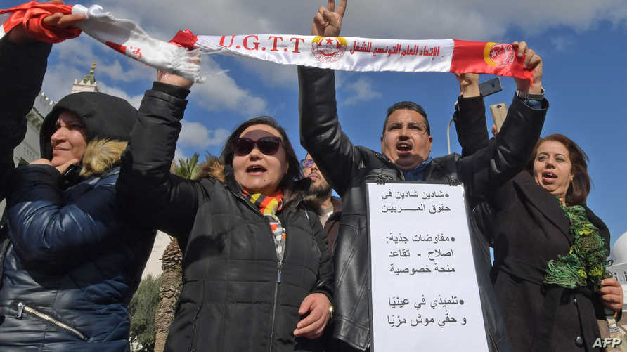 معلمون تونسيون يرفعون في احتجاج يطالب بزيادة الأجور