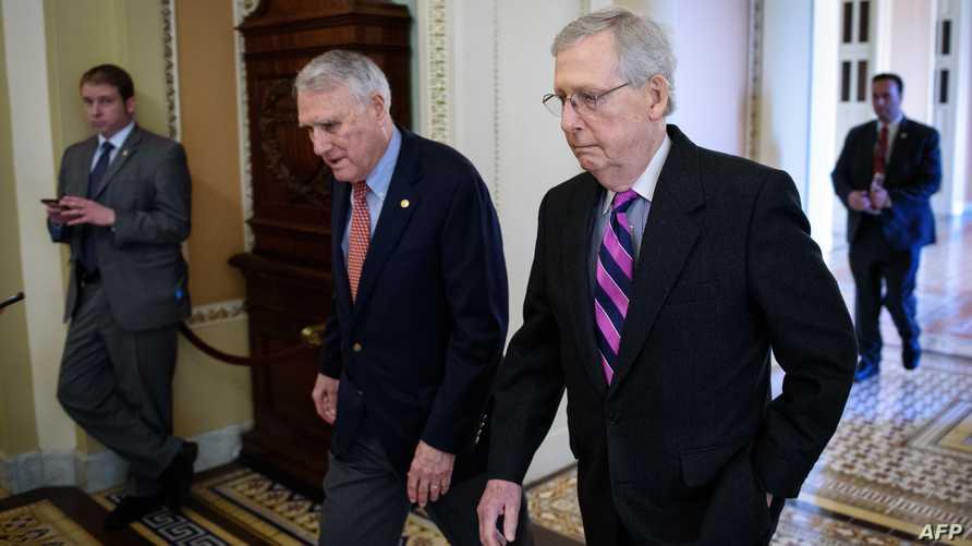 زعيم الأغلبية الجمهورية في مجلس الشيوخ ميتش ماكونيل إلى جانب السناتور جون كيل