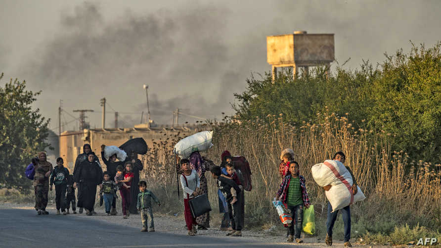 مدنيون يفرون من المناطق التي تشهد قصفا تركيا مكثفا شمالي سوريا