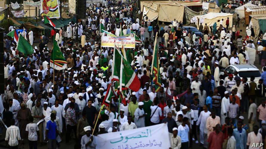 جانب من الاحتجاجات أما مقر قيادة الجيش في الخرطوم