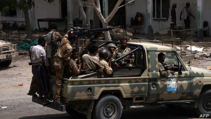 جنود يمنيون على متن مركبة عسكرية