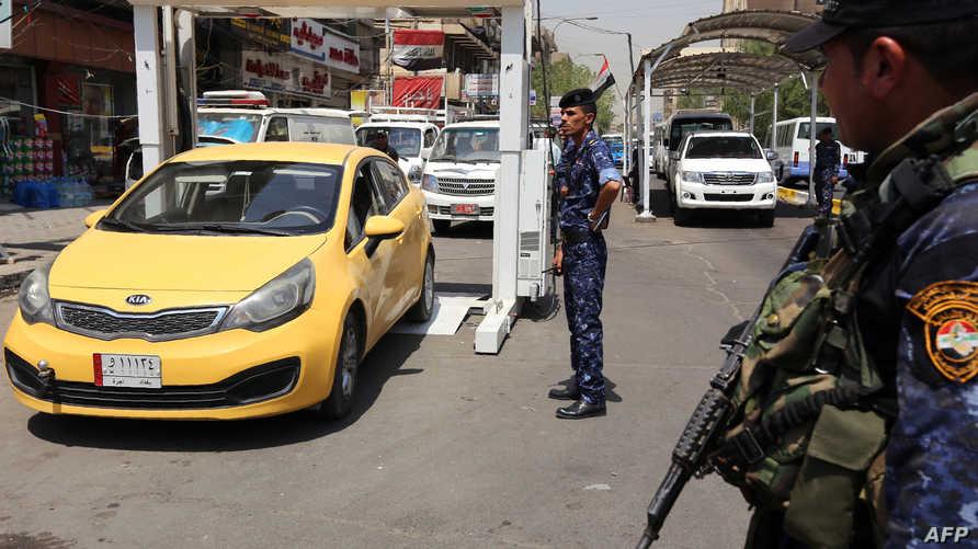 نقطة تفتيش تابعة لشرطة بغداد تمر السيارات فيها من جهاز أشعة لكشف المتفجرات