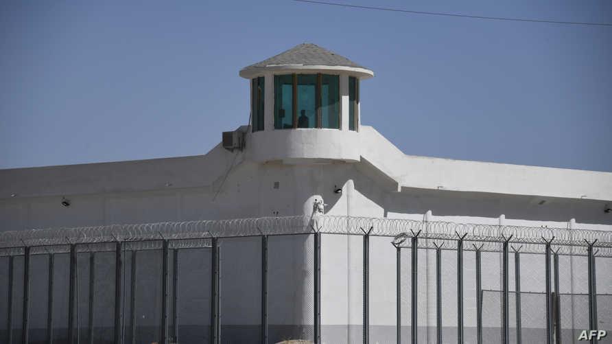 برج مراقبة في منشأة أمنية مشددة في منطقة شينجيانغ حيث تحتجز السلطات مجموعات من الأويغور