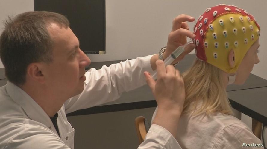 باحثون في جامعة تورنتو أثناء إجراء المسح الكهربائي للدماغ