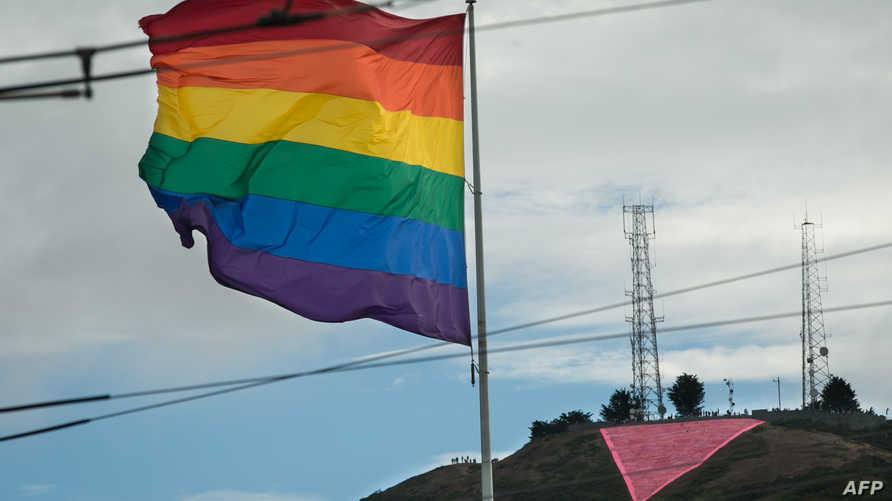علم قوس قزح الذي يتخذه المثليون رمزا لهم