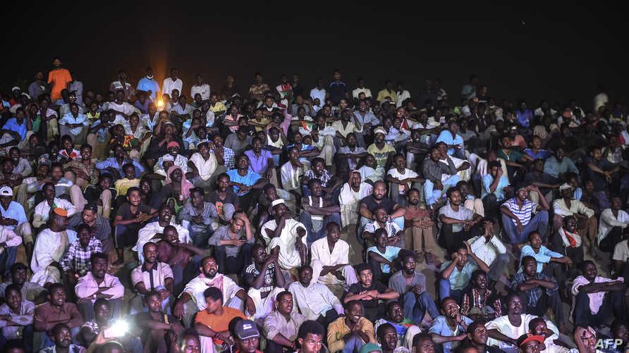 معتصمون سودانيون أمام مقر قيادة الجيش في الخرطوم