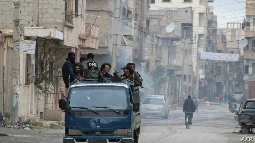 عناصر مسلحة من المعارضة السورية في أحد أحياء دير الزور- أرشيف