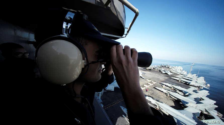 ضابط في البحرية الأميركية يراقب مضيق هرمز