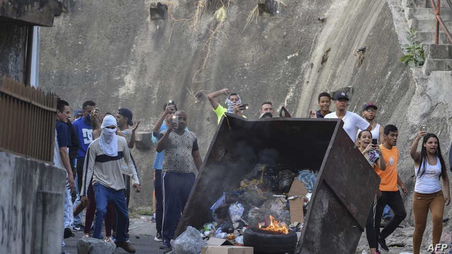 متظاهرون يخرجون للشوارع في فنزويلا دعما للضباط الذين أعلنوا عدم اعترافم بالرئيس الفنزويلي