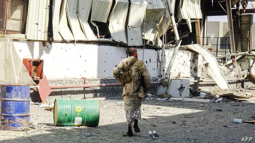 أحد أفراد القوات الموالية للحكومة في ضاحية شرق الحديدة