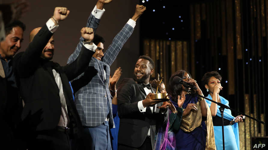 """طاقم الفلم السوداني """"سوف تموت في العشرين"""" يحتفل بالتتويج في مهرجان الجونة السينمائي"""